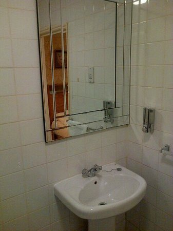 Marble Arch - Gloucester Place Hotel : Well appointed bathroom