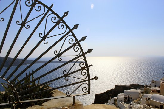 Golden Sunset Villas : Oia ironwork scene.