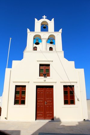 Golden Sunset Villas : Church facade in the square at Oia.