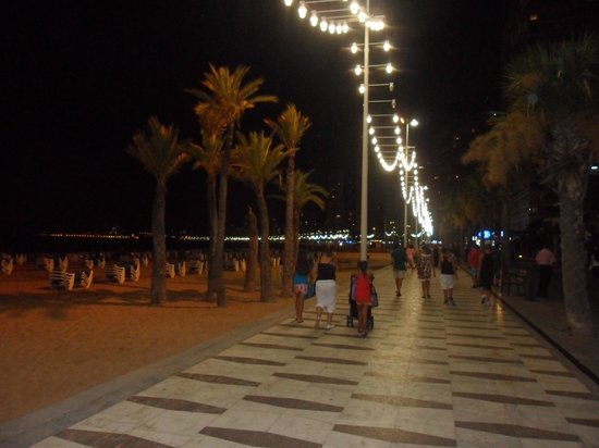 Servigroup Nereo: beach and promenade at night