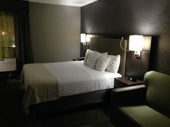 Holiday Inn Winnipeg Airport - Polo Park: Comfortable bed, with plenty of nearby power outlets