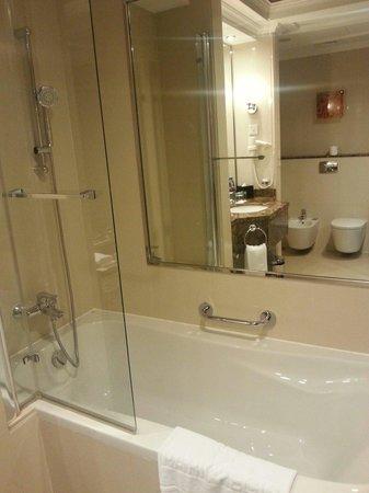 Park Regis Kris Kin Hotel : Bath