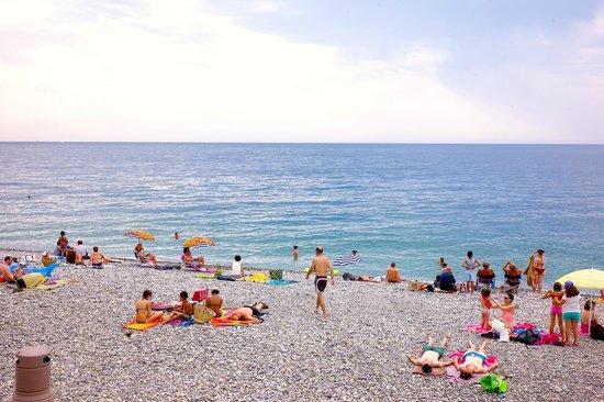 Hyatt Regency Nice Palais de la Mediterranee: Beach in front of hotel