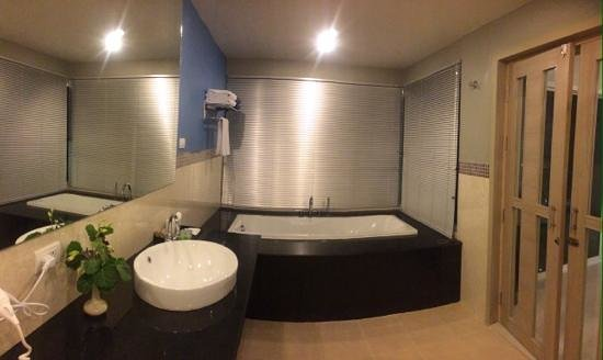 Andakira Hotel : another view of the bathroom