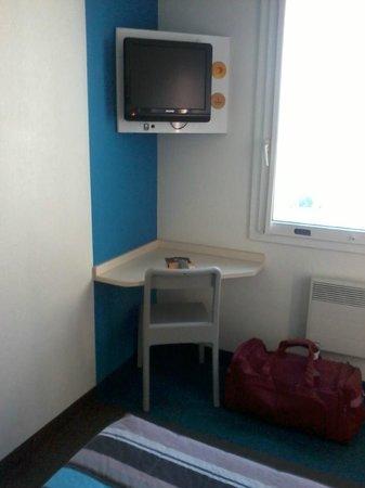 HotelF1 Roissy Aéroport CGD PN2 : coin bureau