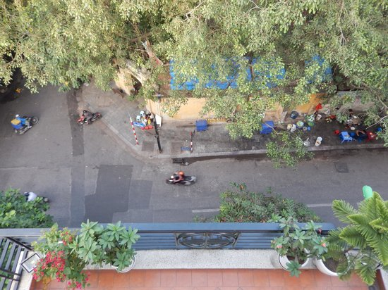 Hanoi Charming 2 Hotel : view of the street from balcony