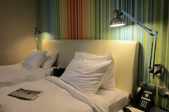 Hotel Innotel : bonitos muebles , camas comodas