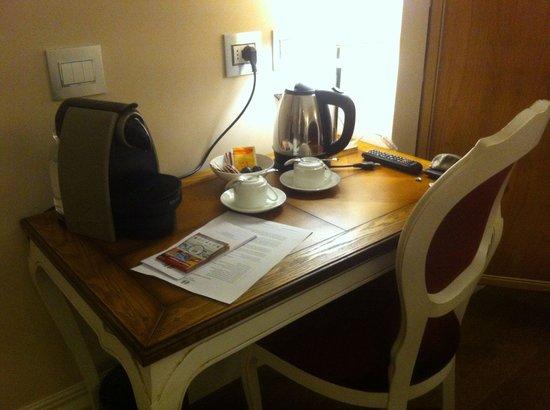 Infinity Hotel Roma : Escritorio con cafetera y tetera eléctricas