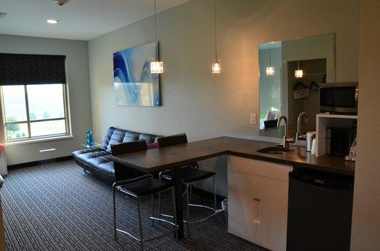 The Wallhouse Hotel, Walnut Creek : Kitchenette/sofa