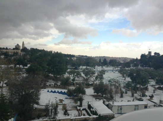 Inbal Jerusalem Hotel: view of the Old City in the snow