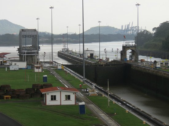 Panama Canal Railway: Mirafore Locks