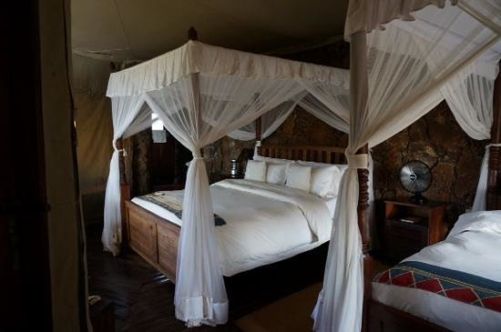 slaapkamer met hemelbed - Picture of Mbalageti Safari Camp Ltd ...