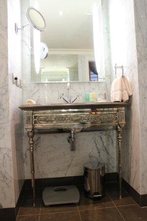 Hotel Balzac: Bathroom