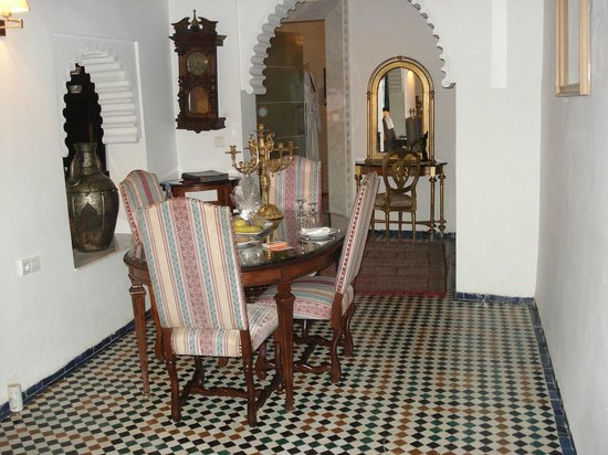 Riad Maison Bleue: Dining area in Room, bathroom entrance in distance