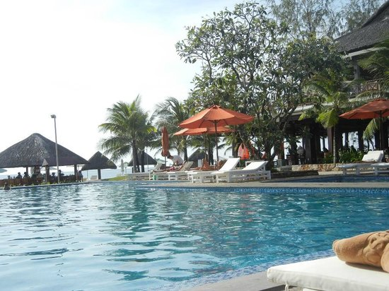 Eden Resort : Relaxing by the pool