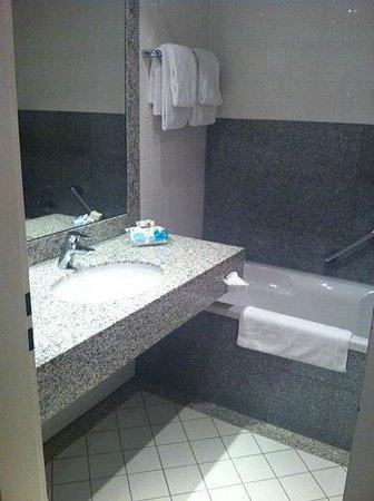 Holiday Inn Frankfurt-Airport North: Bathroom