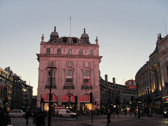Le Meridien Piccadilly: Piccadilly Circus, hotel building extends on Regent St