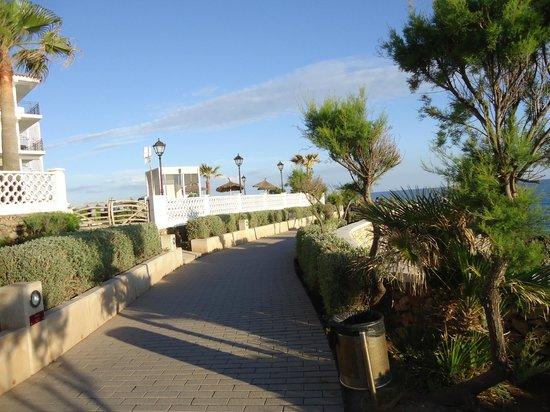 Sol Beach House Menorca: Walk way from the hotel