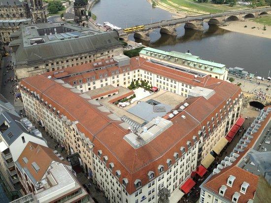 Hilton Hotel Dresden: Vue de l'hôtel depuis la coupole de la Frauenkirch