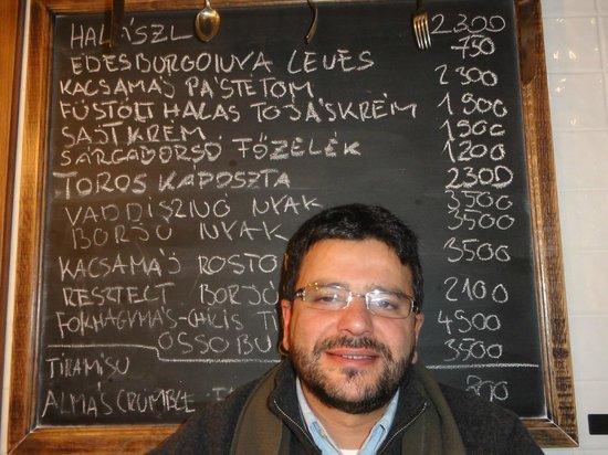 Kispiac Bisztro: Os nomes e preços expostos num quadro preto escrito a giz branco.