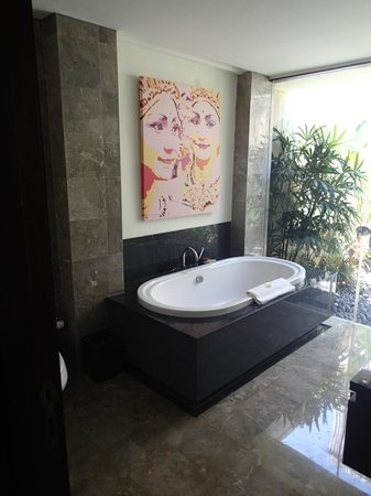 Mahagiri Villas : The bathroom included huge bath and outside shower