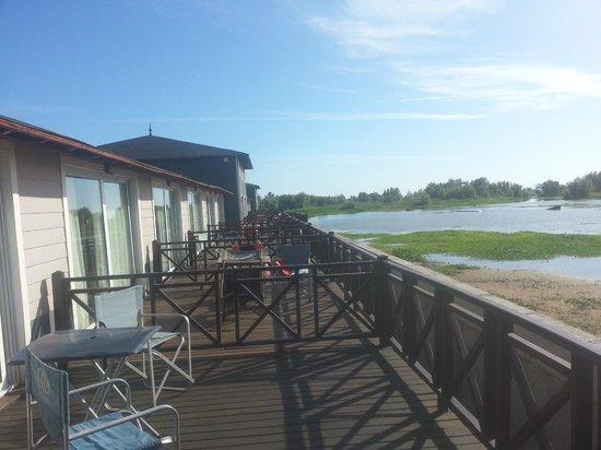 Howard Johnson Hotel & Marinas San Pedro Resort: Vista al rio desde la terraza al rio