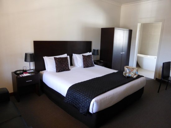 Mercure Port of Echuca : The king size bed