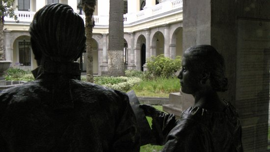 Centro Cultural Metropolitano: Two bronze statues discuss the view