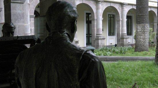 Centro Cultural Metropolitano: Looking past the bronze