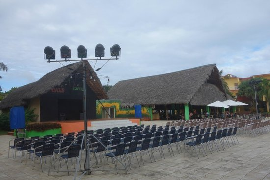 Gran Caribe Villa Tortuga: Bar and stage for night shows