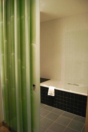 Park Plaza Wallstreet Berlin Mitte: Salle de bains avec porte coulissante en verre
