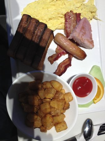 Delta Hotels by Marriott Barrington: Breakfast with two eggs, sausage, ham and bacon