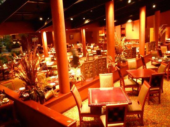 Omni Houston Hotel Westside: The restaurant (in somehwat false lighting)