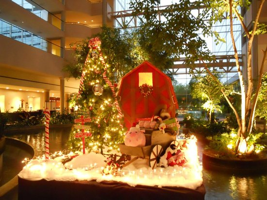 Omni Houston Hotel Westside: Christmas decorations in the pond