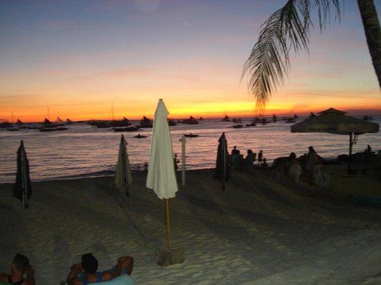 B Pod Hotel Boracay: Пляж