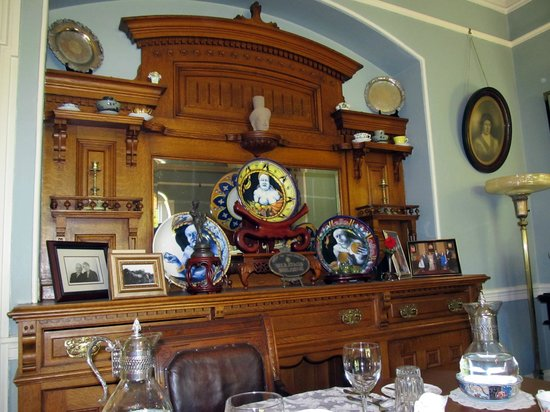 Albion Manor Bed and Breakfast: Antique sideboard in the dining room