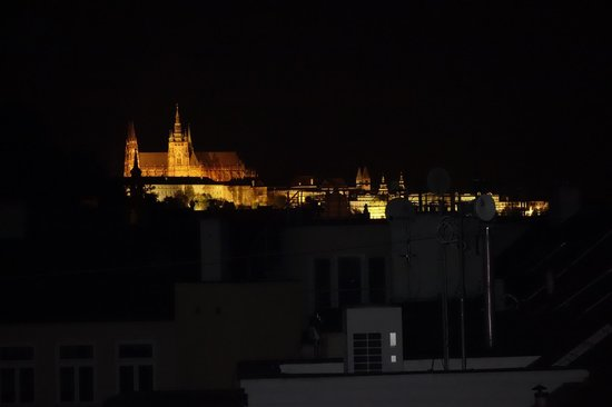 Hotel Julian: View of Prague Castle at night from rooftop
