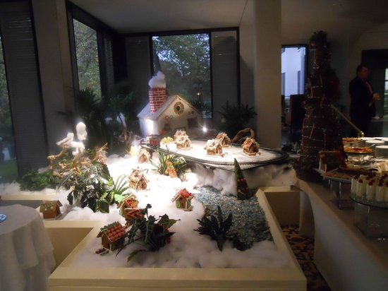 Omni Houston Hotel : Christmas displays