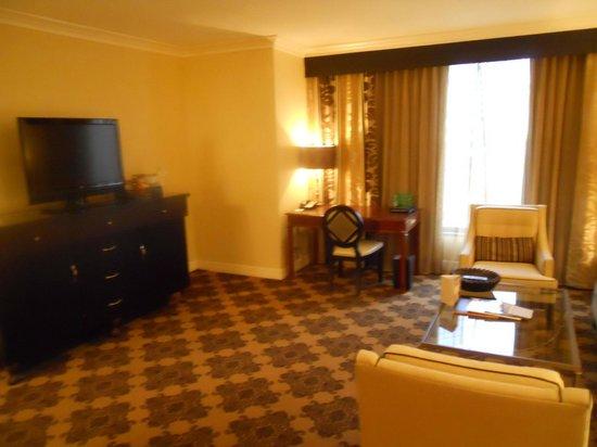 Omni Houston Hotel : Desk area in the suite
