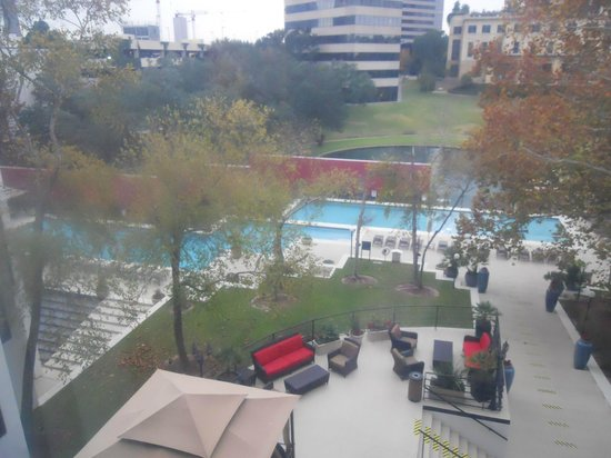 Omni Houston Hotel: View of the pool from room