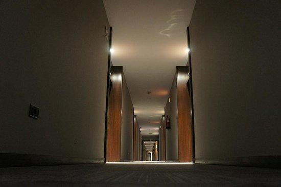 AC Hotel Coslada Aeropuerto: Pasillo de habitaciones