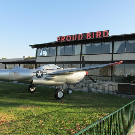 Proud Bird Restaurant: View from the back. LAX is to the right, so planes are landing all the while.