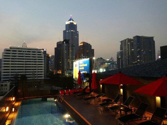 Hotel Solo Sukhumvit 2 : rooftop pool