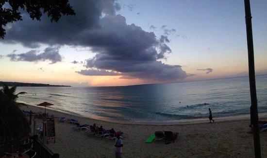 Legends Beach Hotel : sunset view from the bar