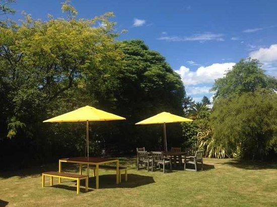 Rotorua Coachman Spa Motel: New Yellow Tuscany Sunshade, Like the color very much!