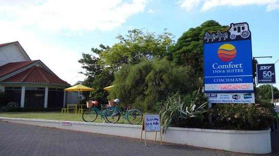 Rotorua Coachman Spa Motel: tranquil BBQ lawn