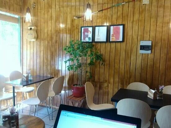 Cafe Luthier : musica es su tematica.