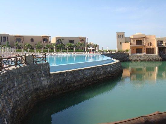 Cove Rotana Resort Ras Al Khaimah: Outdoor pool
