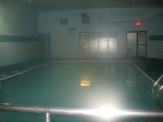 Quality Inn & Suites Airport: Dimly lit pool area (plus steamed camera lens)