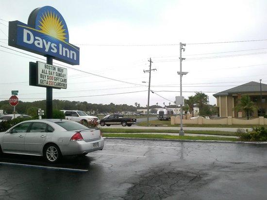 Days Inn Cocoa Beach Port Canaveral: Days Inn entrance area